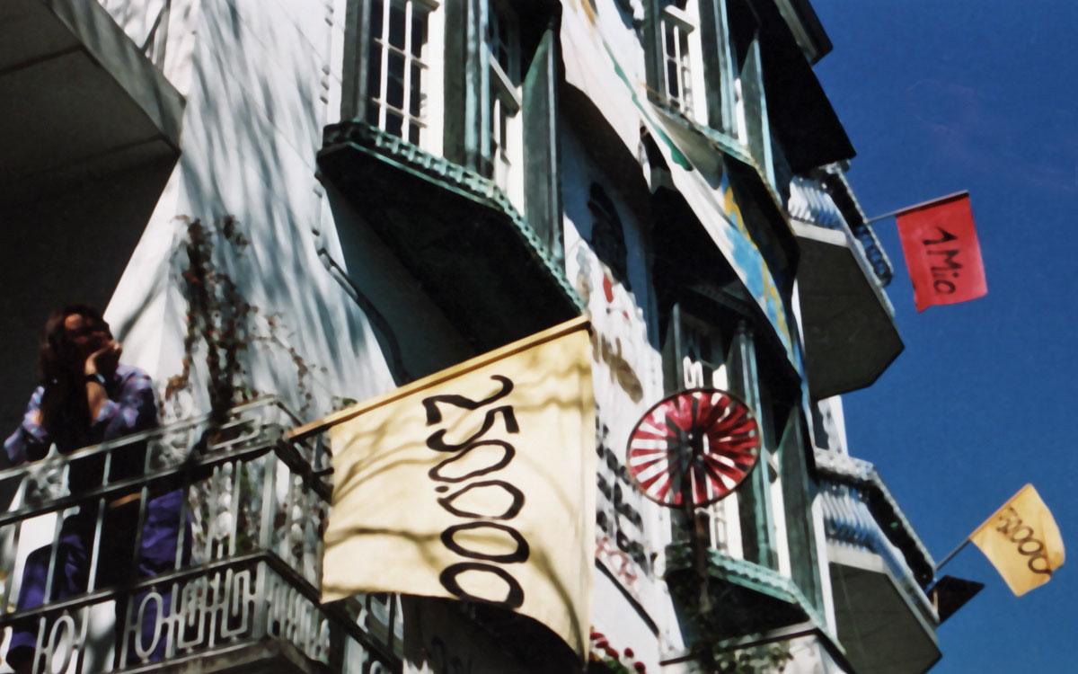 Fahnen mit Fantasie-Preisen am Haus – um Wohnungskäufer zu irritieren, 1989
